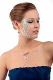 Flicka med örhängehalsbandet som åt sidan ser Royaltyfri Fotografi