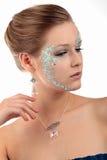 Flicka med örhängehalsbandet som åt sidan ser Fotografering för Bildbyråer