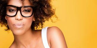 Flicka med afro bärande glasögon, stående royaltyfri bild