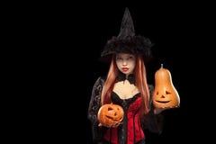 Flicka med allhelgonaaftonpumpa på svart bakgrund Royaltyfri Fotografi