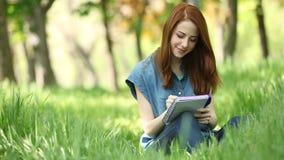 flicka med anteckningsboken stock video
