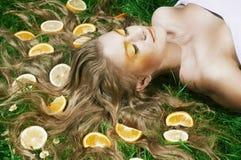 Flicka med apelsinen Fotografering för Bildbyråer