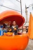 Flicka med apelsiner. Royaltyfria Foton