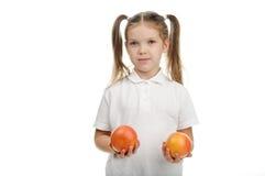 Flicka med apelsiner arkivfoton