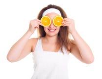 Flicka med apelsinskivor över hennes ögon Fotografering för Bildbyråer