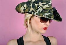 Flicka med arméhatten Royaltyfria Bilder