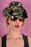 Flicka med arméhatten Fotografering för Bildbyråer