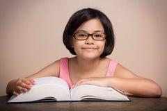 Flicka med att läsa för exponeringsglas Arkivfoton