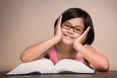 Flicka med att läsa för exponeringsglas Royaltyfria Bilder