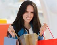 Flicka med att le för shoppingpåsar Royaltyfria Foton