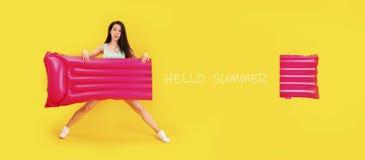 Flicka med att simma madrassen arkivfoto