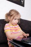 Flicka med bärbar dator Royaltyfri Bild