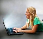 Flicka med bärbar dator Royaltyfria Foton