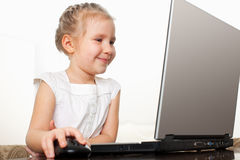 Flicka med bärbara datorn Fotografering för Bildbyråer