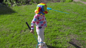 Flicka med badmintonracket stock video