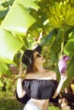 Flicka med bananträdet i vändkretsen Royaltyfri Bild
