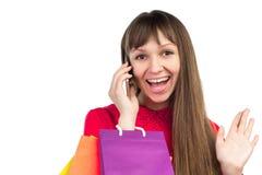 Flicka med bankrörelsekreditkorten, pappers- påsar för färgrik shopping, sma Royaltyfria Bilder