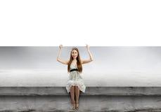 Flicka med banret Arkivbild