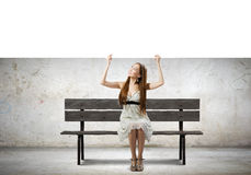 Flicka med banret Arkivfoton