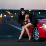 Flicka med bilen Arkivfoton