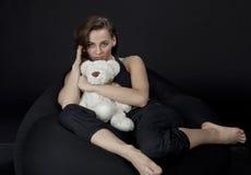 Flicka med björnen royaltyfri foto