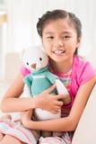 Flicka med björnen Royaltyfria Foton