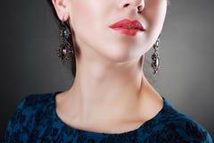 Flicka med blå bijouterie arkivbild