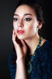 Flicka med blå bijouterie fotografering för bildbyråer