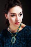 Flicka med blå bijouterie royaltyfria bilder