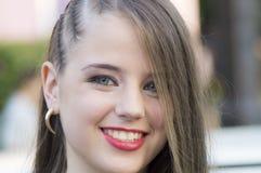 Flicka med blåa ögon och trevligt leende Arkivfoton