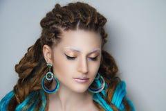 Flicka med blåa dreadlocks royaltyfri bild