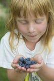 Flicka med blåbär Royaltyfri Bild
