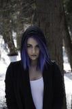 Flicka med blått hår i en skog arkivfoton