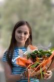 Flicka med blommabuketten royaltyfri fotografi
