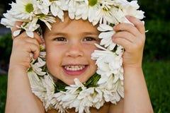 Flicka med blommakranen Royaltyfri Bild