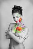 Flicka med blommakroppkonst Royaltyfri Fotografi