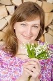 Flicka med blommaliljekonvaljen Arkivfoton