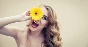 Flicka med blomman Royaltyfria Bilder