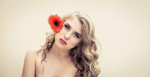 Flicka med blomman Arkivfoton