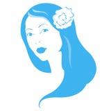 Flicka med blomman i hår Royaltyfria Bilder
