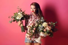 Flicka med blommor royaltyfri foto