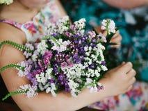 Flicka med blommor Royaltyfri Bild