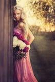Flicka med blommor Royaltyfri Fotografi