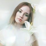 Flicka med blommor Arkivbilder