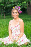 Flicka med blommor i hennes hår Royaltyfria Bilder