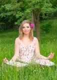 Flicka med blommor i hennes hår Royaltyfri Fotografi