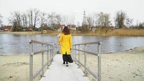 Flicka med blommor på flodfällan att gå bort, avskiljandebegrepp som är ledset lager videofilmer