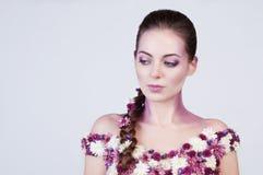 Flicka med blommor på kroppen Arkivfoto