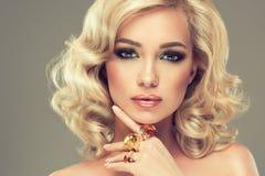 Flicka med blont lockigt hår med stora cirklar Royaltyfri Foto