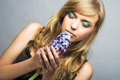 Flicka med blåttblomman Royaltyfri Foto